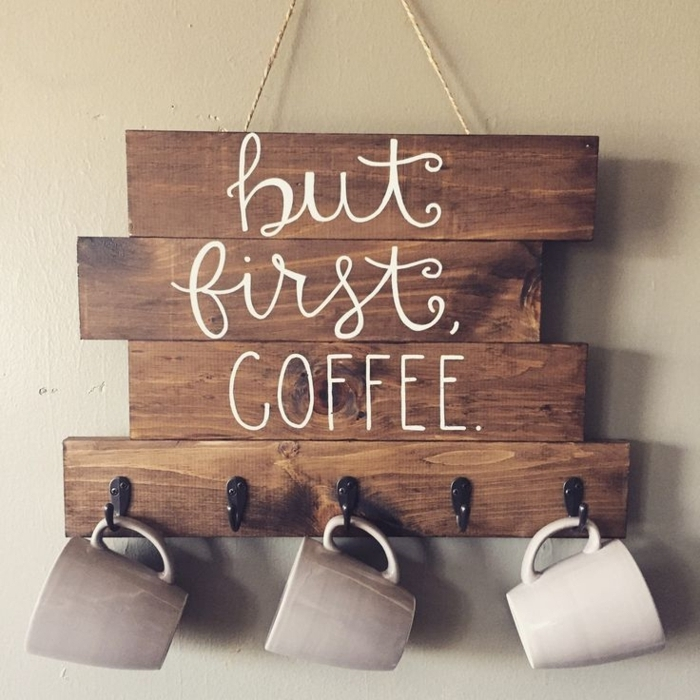 holzdekoration aber zuerst einen kaffee bitte deko holzplatte mit aufschrift hängende tassen kaffeetasse