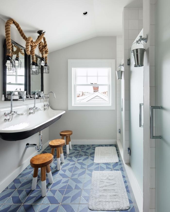 Inspiration für maritime Badezimmer, blaue Fließen, drei kleine Holzstühle, Glühbirne Lampe mit dickem Seil