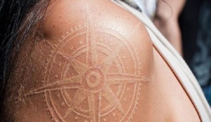 werfen sie einen blick auf diese idee für einen tattoo mit einem großen kompass auf dem schulter