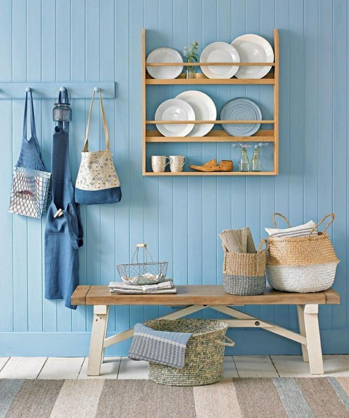 hellblaue Wand Küche, Maritime Farben, große Weidenkörbe, Holzregal mit Tellern, Teppich im maritimen Stil,
