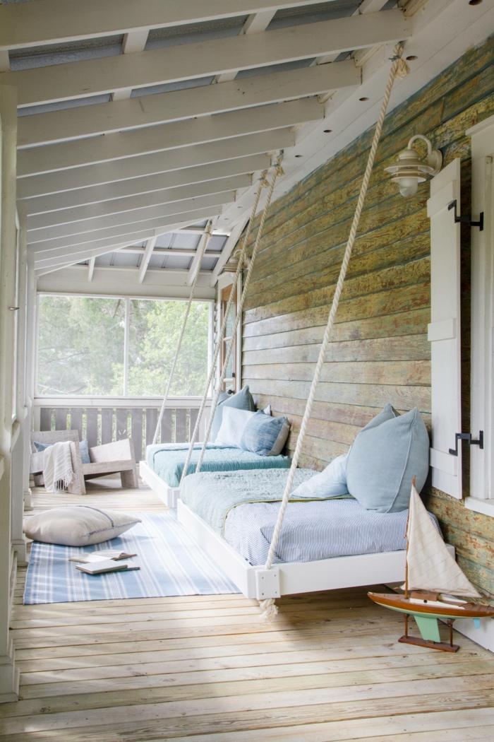 Terrassen Dekoration, hängende Betten mit blauen Bettwäschen und Kissen, Teppich maritim, Segelboot Dekoration,