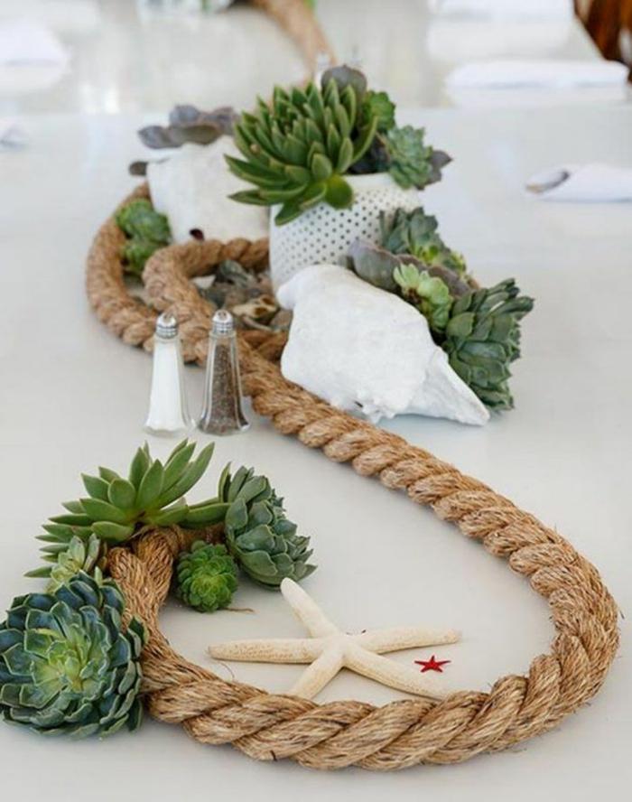 Maritime Tischdeko für Feiere, dicker Seil entlang eines großen Tisches, viele grüne Kakteen, Seestern Dekoration