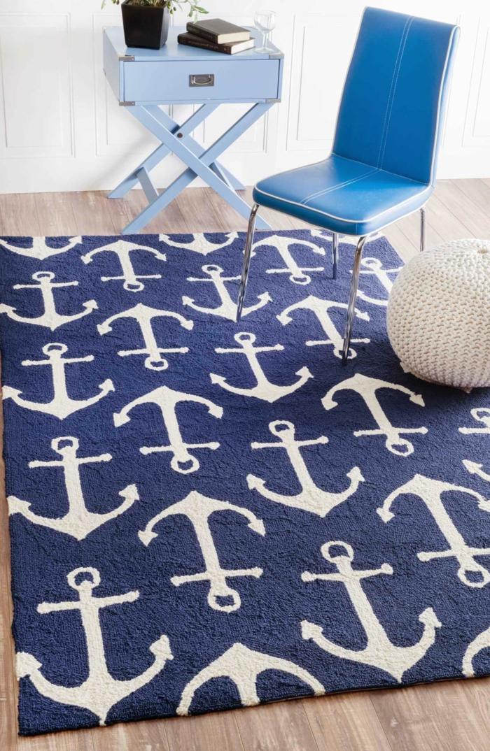 inneneinrichtung maritime möbel, dunkelblauer Teppich mit Anker in weiß, meerblauer Stuhl, hellblaue kleine Kommode