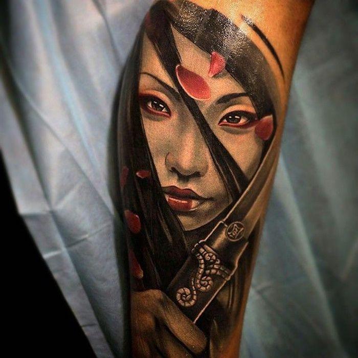 samurai tattoo, frau mit schwarzen, glatten haaren, rote rosenblätter
