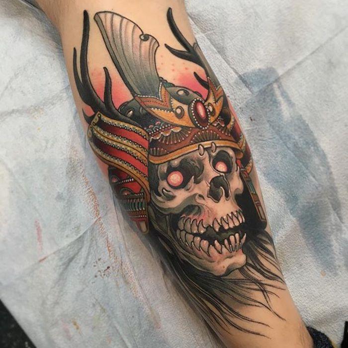 krieger tattoo, schädel mit roten augen und helm, arm