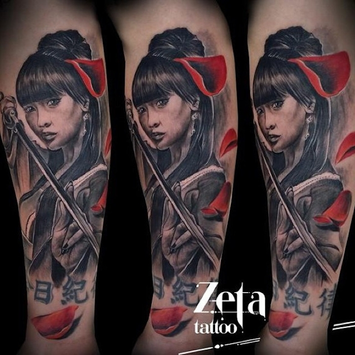 krieger tattoo, frau mit schwarzen haaren, rote blumenblätter, katana