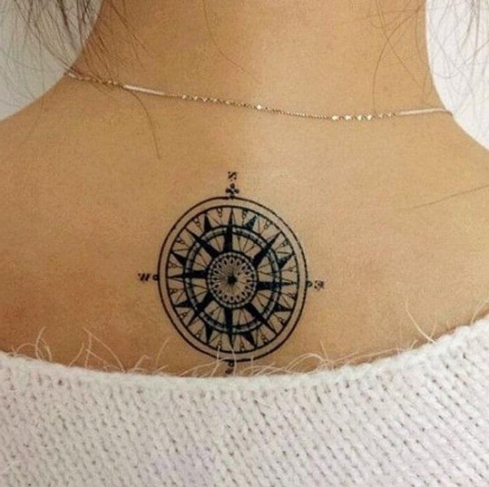 hier finden sie eine unserer ideen für einen schwarzen tattoo mit einem eleganten uns schwarzen kompass auf dem nacken einer frau