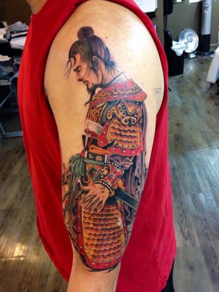 japanische krieger, rotes t-shirt, mann mit schwarzen haaren, japanische tätowierung