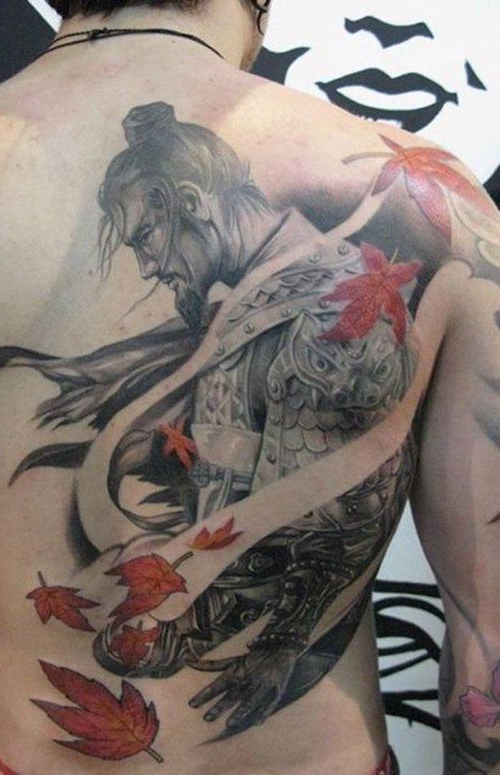 japanische krieger, rücken, rückentattoo, rote baumblätter, mann mit langen haaren