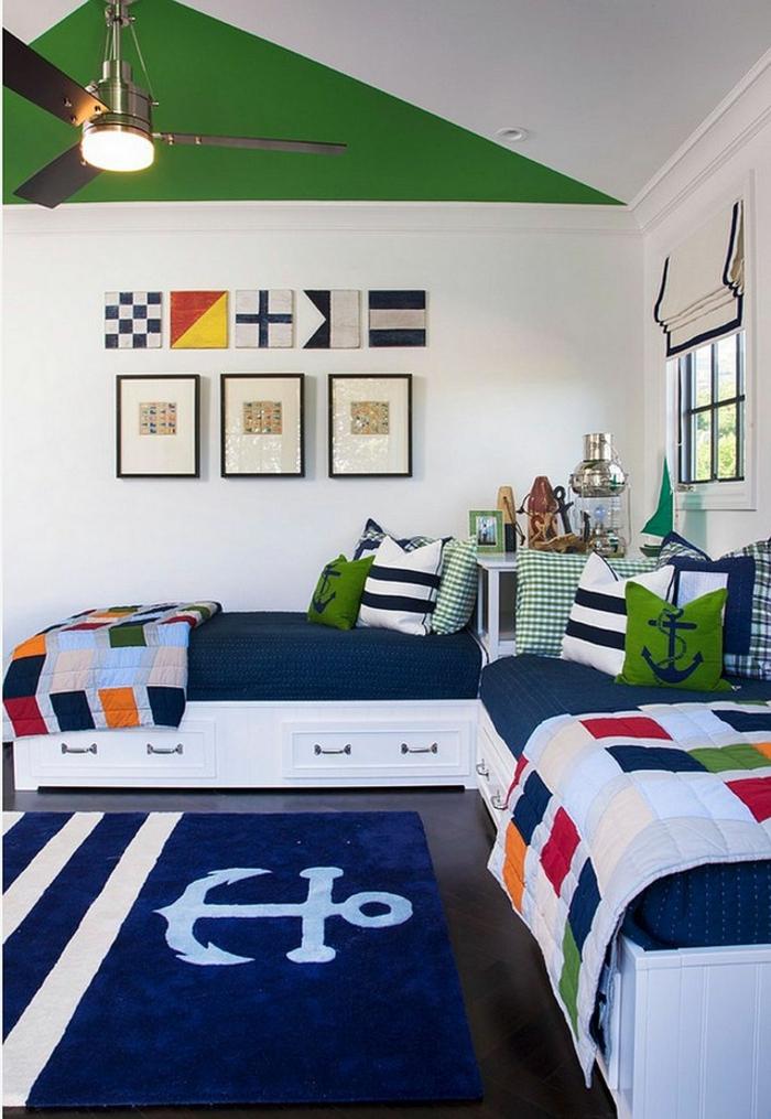 Inneneinrichtung Kinderzimmer deko maritim an die Wand, blauer Teppich mit Abbild von Anker, grüne Kissen mit Anker Abbild