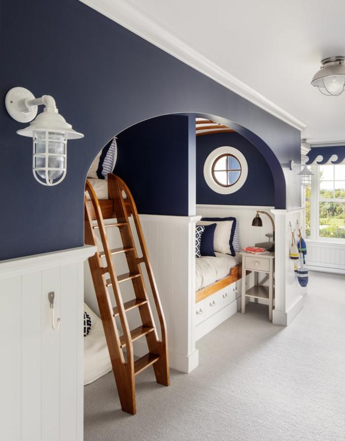 Kinderzimmer im maritimen Stil, maritime Möbel, Etagenbett mit Holzleiter und kleinem Fenster