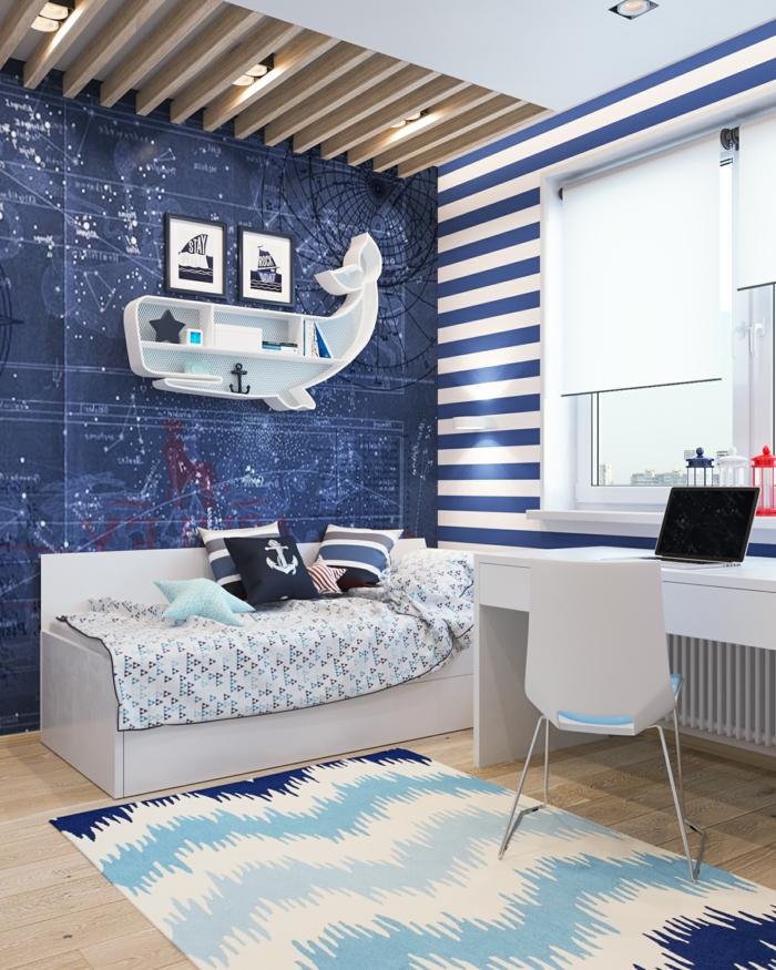 Kinderzimmer maritime Einrichtung, blaue Wand, kleines Regal in Wal Form, Teppich in blaue Töne, weißer Schreibtisch