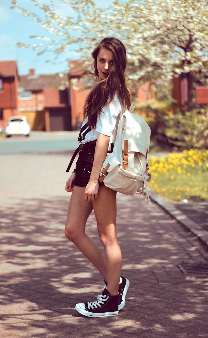 ein moderne Teenager Mädchen mit Rucksack und kurzem Rock - Helden aus der Kindheit