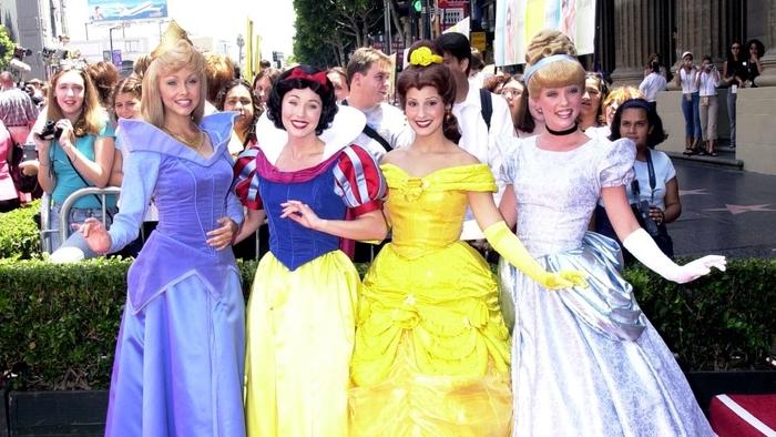 vier Disney Prinzessinnen mit prächtigen Kleider nach dem Film - Helden aus der Kindheit