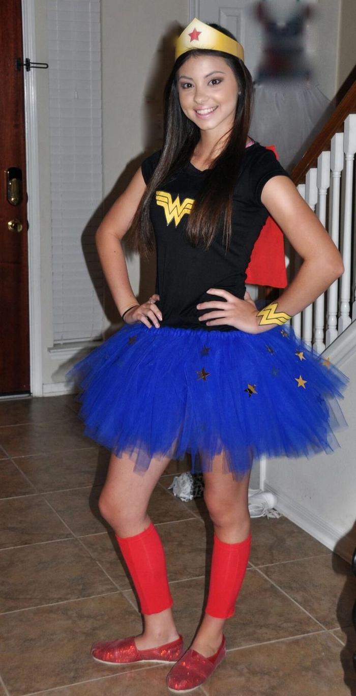 letzter Trend ist wie Wonderwoman zu verkleiden mit blauem Rock und schwarze Bluse, und eine Krone Kindheitshelden Mottoparty