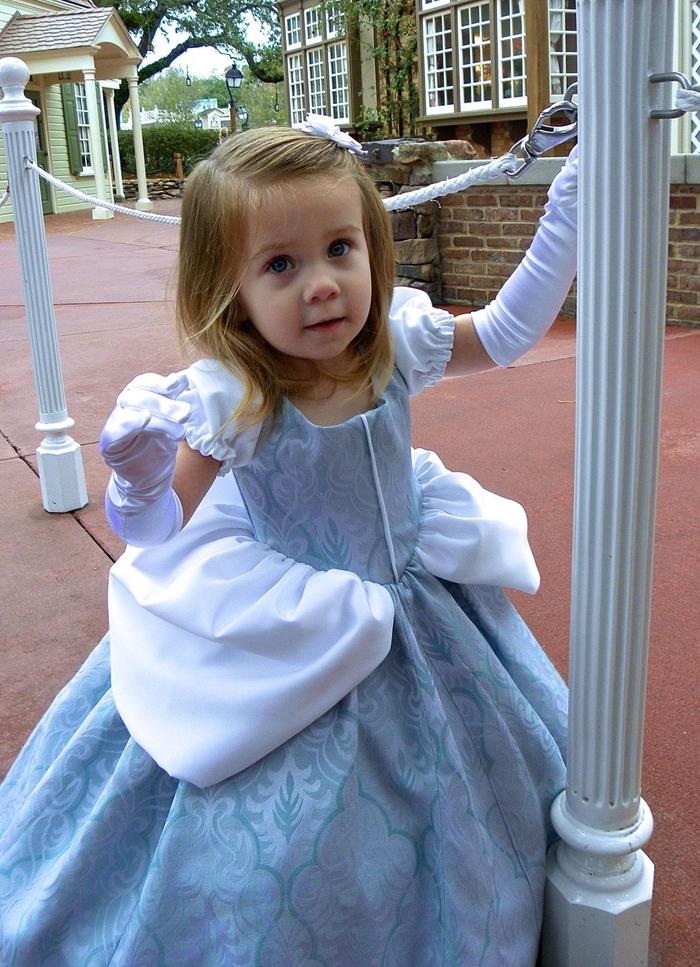 blaues Kleid von Disney Prinzessinnen Kindheitshelden von einem kleinen blonden Mädchen