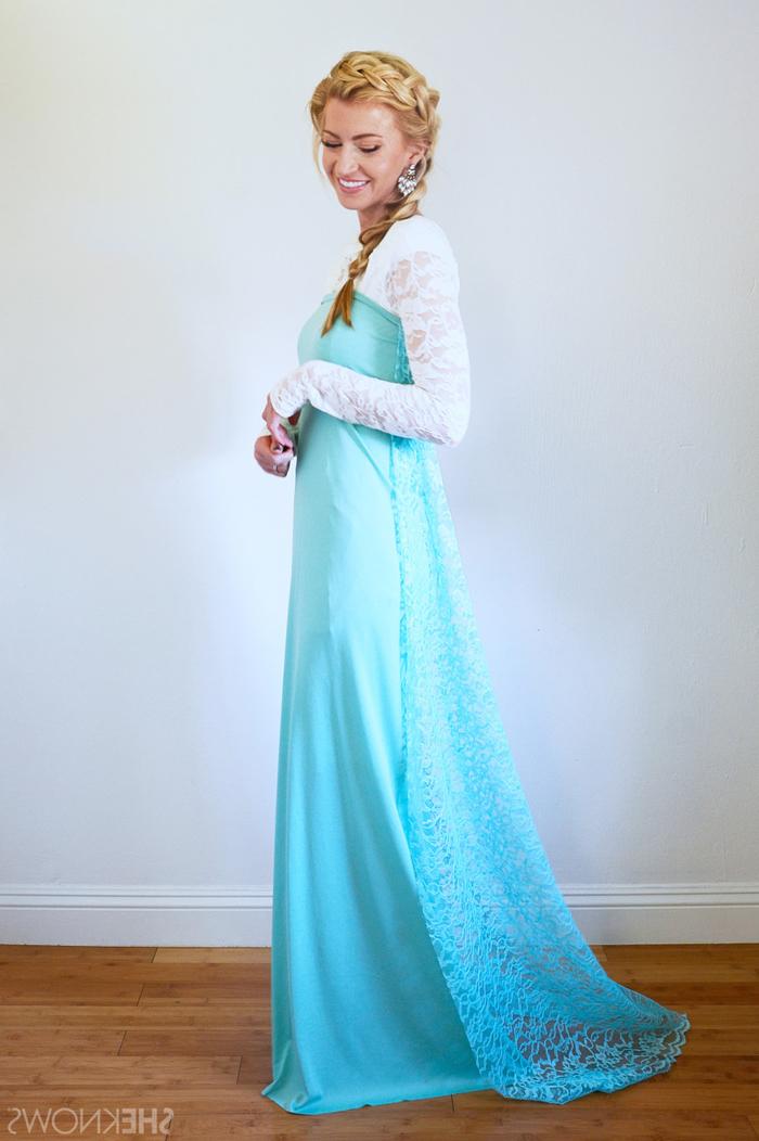 Kindheitshelden Kostüm selber machen ein Elsa Kleid in blauer und weißer Farbe, blondes Zopf