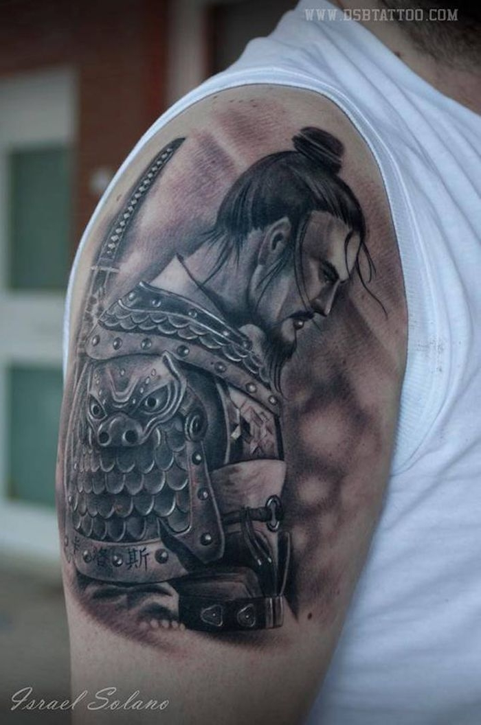 weißes t-shirt, mann mit schwarzen haaren, katana, samuraischwert