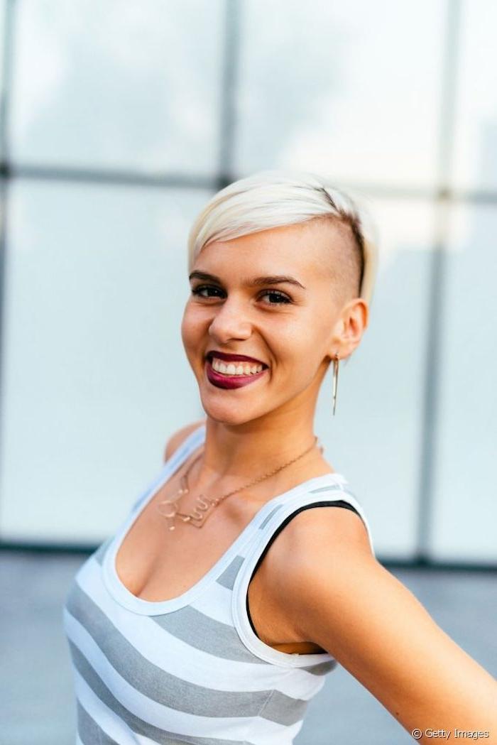 kurzhaarfrisuren 2020 undercut damen moderne frisuren für kurze haare frau mit blonden haare grau weißes top street style inspiration