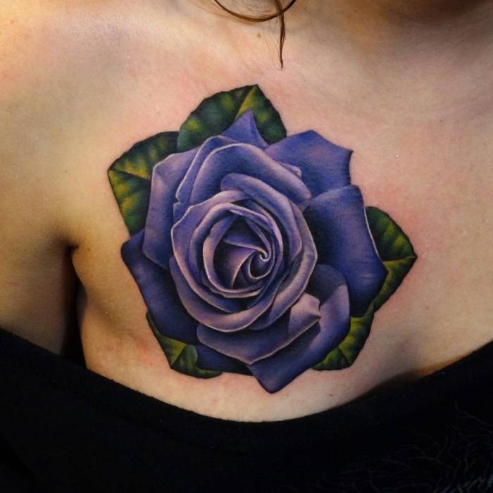 eine tolle kleine lila rosen tätowierung mit grünen blättern - idee für ein tattoo für frauen