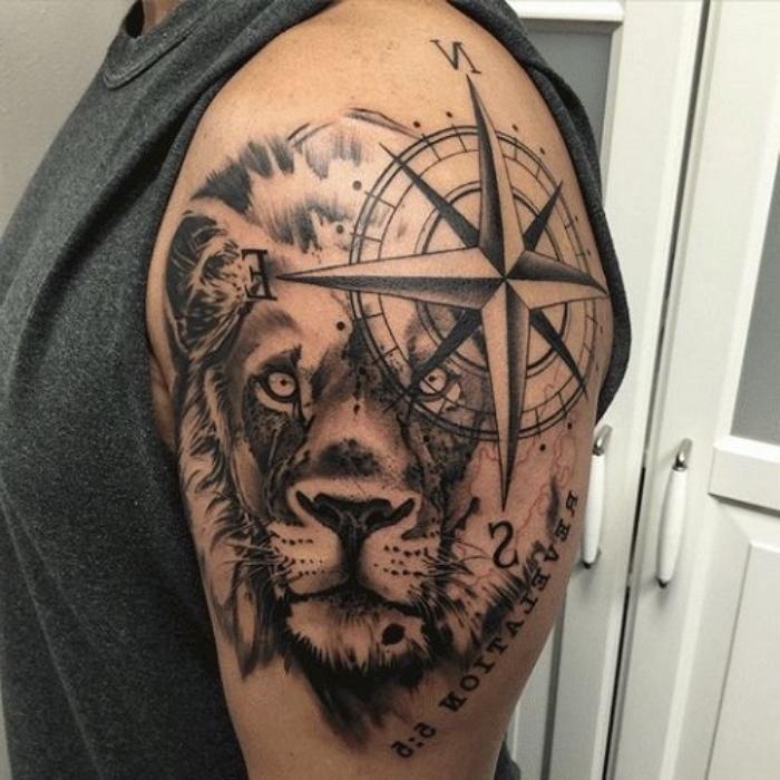 ein großer schwarzer löwe und ein großer schwarzer kompass auf dem schulter - idee für einen compass tattoo für männer