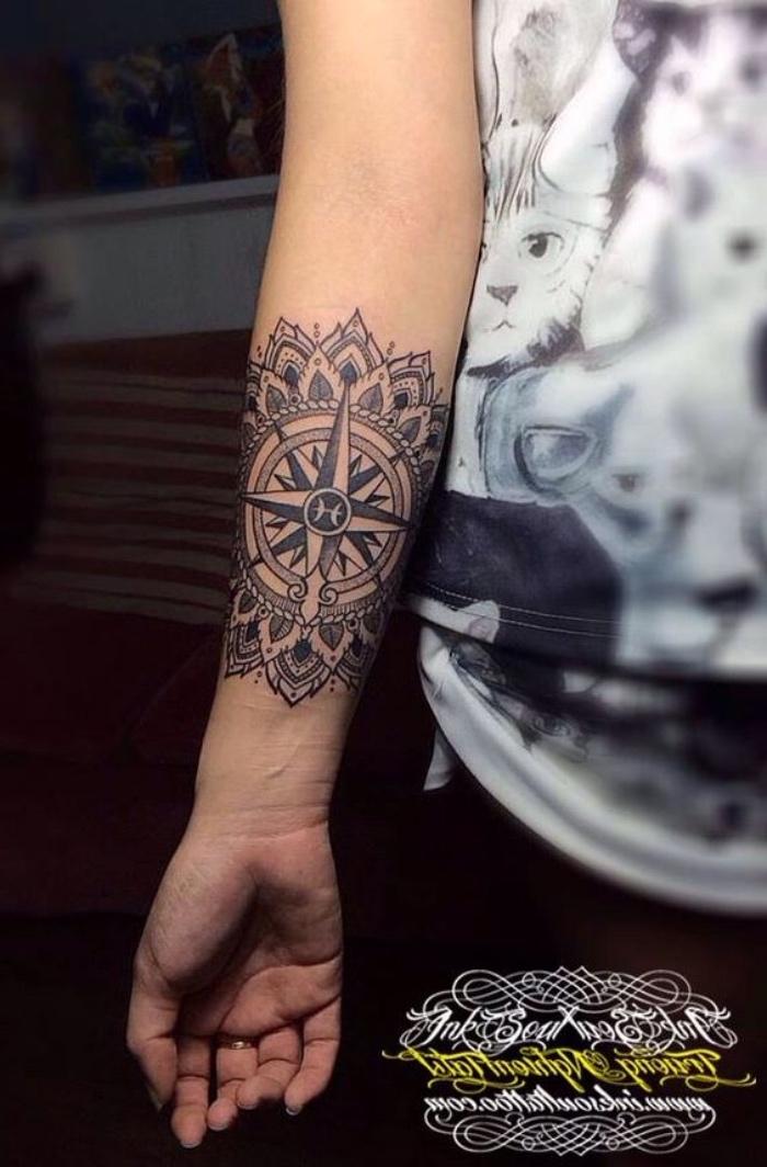 eine ganz tolle idee für einen kleinen schwarzen tattoo mit einem mandala kompass auf der hand