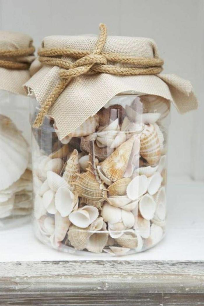 Maritime Deko selber machen, Konservenglas gefüllt mit vielen Muscheln und kleine Stachelschnecken, Deckel befestigt mit einer Schnur