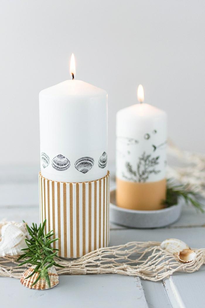 große weiße Kerzen bestempelt mit maritimen Motiven Muscheln Wasserpflanzen und Fische, Maritime Tischdeko,