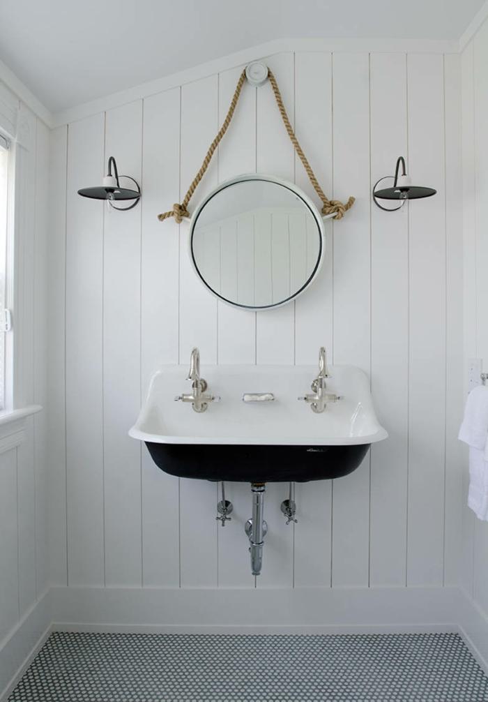 Einrichtung für Badezimmer Idee, Badezimmer Deko maritim, Waschbecken in blau, runder Spiegel hängt auf einem Seil