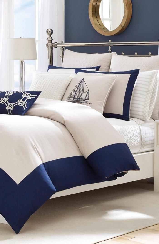 Weiße Bettwäsche mit maritimen Druck, Segelboot und Segelknoten, Schlafzimmer maritim, blaue Wand mit rundem Spiegel