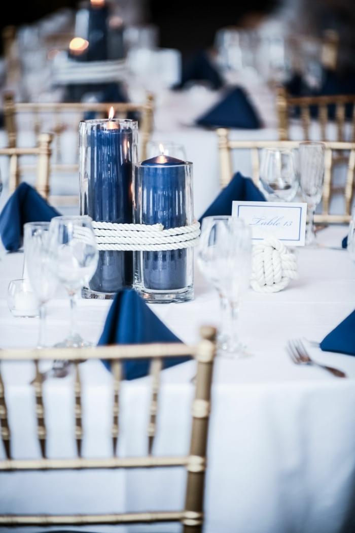 Maritime Tischdeko Hochzeit, weiße Tischdecke mit blauen Servietten, weißer Knotenball, große blaue Kerzen