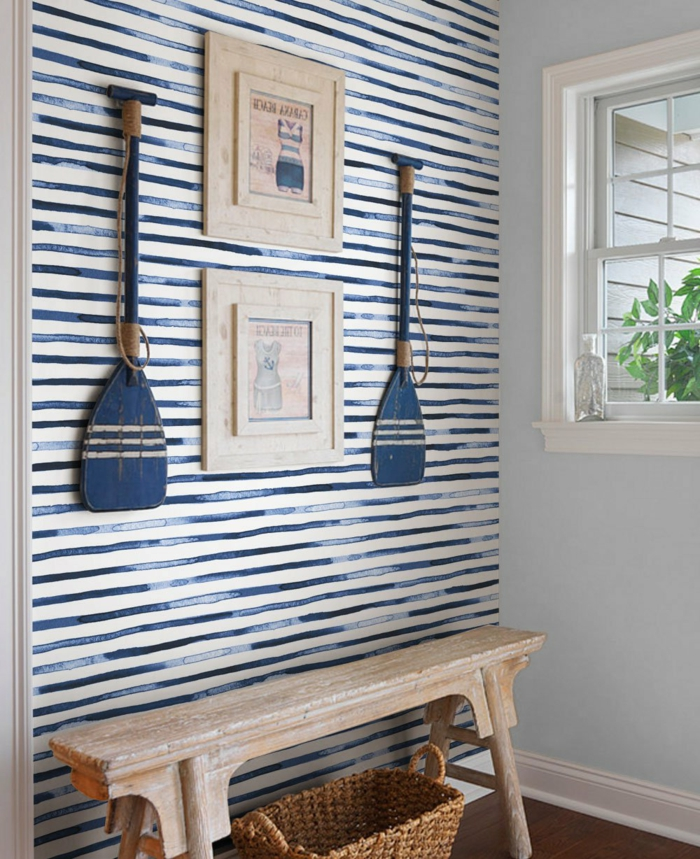 Vorzimmer maritim gestalten, Wand mit blauen Streifen, Maritim einrichten Ideen zum selber machen, zwei blaue Ruder