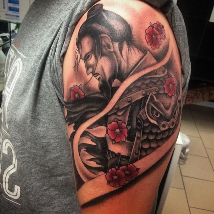 kämpfer tattoo, graues t-shirt, mann mit schwarzen haaren, rote blumen