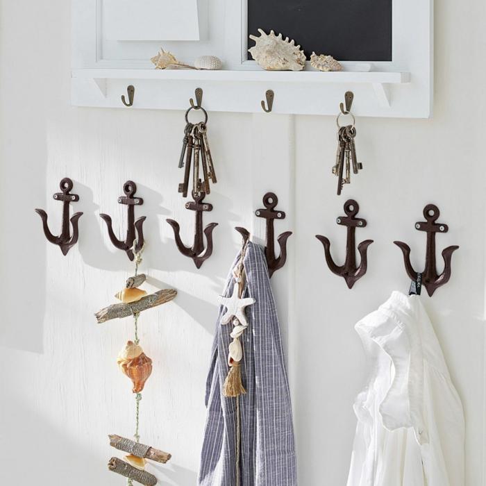 Treibholz deko hängend mit Muscheln, Kleiderhaken in Form von Anker, aufgehängte blaue und weiße Bluse,