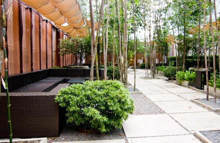 Ein Puristischer Garten Mit Sichtschutz Und Schatten Bodenbelag Von Fliesen