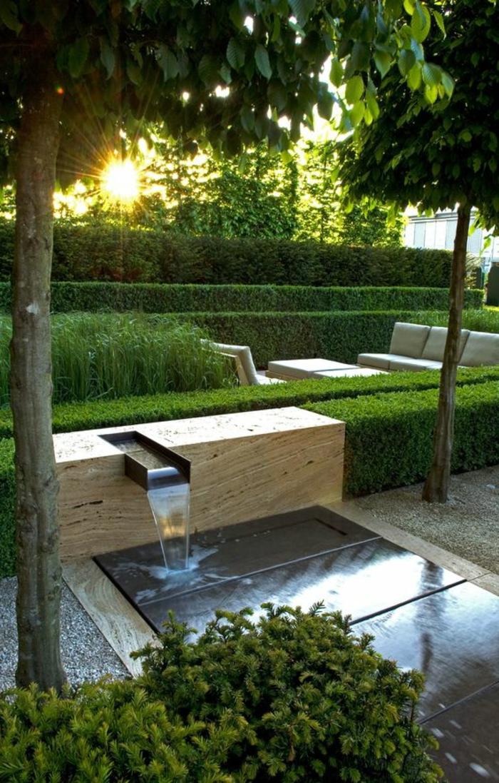 ein Wasserspiel auf dem Hintergrund steht der Sonnenuntergang - moderner Vorgarten