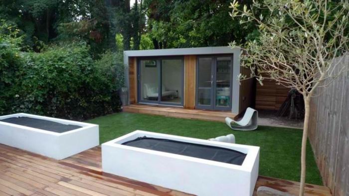 puristischer Garten- ein minimalistisches Haus Hecke und kleine Bäume