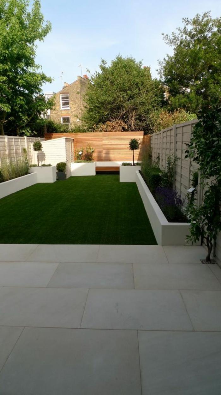 ein weißes Häuschen in der Ecke, Sichtschutz aus Holz, zwei Bonsai Bäume - Gartengestaltung modern