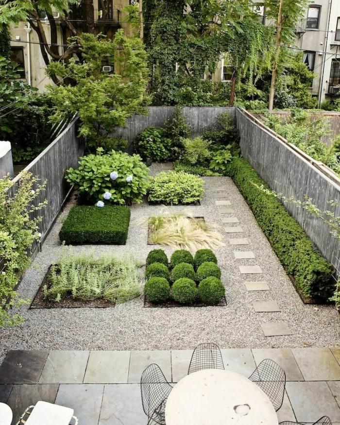 grüner Garten mit verschiedenen Beeten - ein kleiner moderner Vorgarten