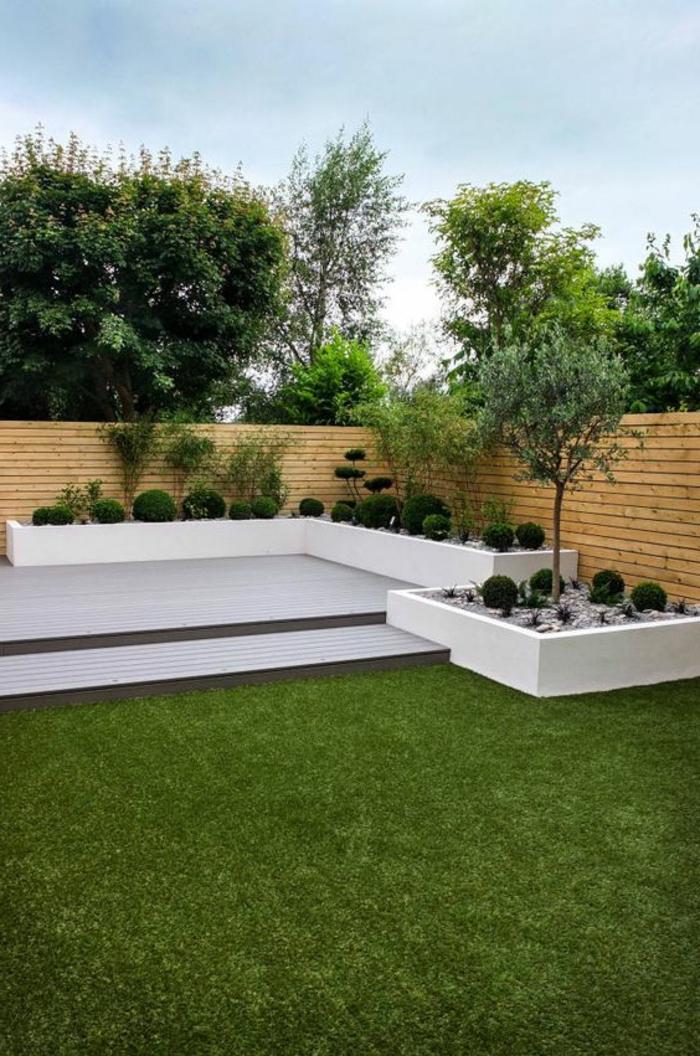 Beete voller grüner runde Sträucher um niedrige dünne Bäume - moderne Vorgärten