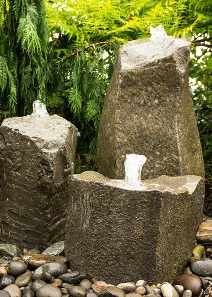 Wasserspiel in drei Ständer ein Baum im Hintergrund - Gartengestaltung Beispiele