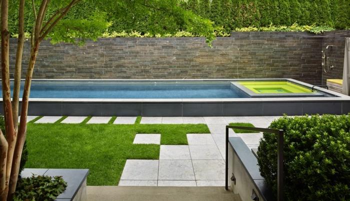 ein Schwimmbad voller Wasser, alles in geometrischen Forme - Gartengestaltung Beispiele