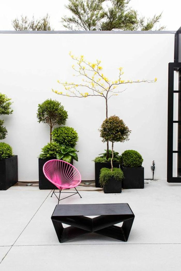 Gartengestaltung Beispiele - ein schlichtes Design von Garten mit weißem Sichtschutz