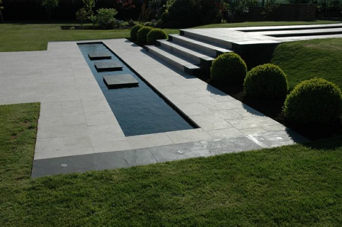ein Wasserspiegel mit drei Fliesen in der Mitte, englischer Rasen - Gartengestaltung Beispiele