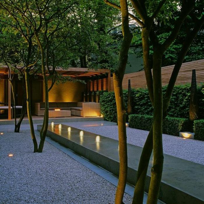 in Reihe geordnete Licht in Garten bei Dämmerung - Gartengestaltung Beispiele