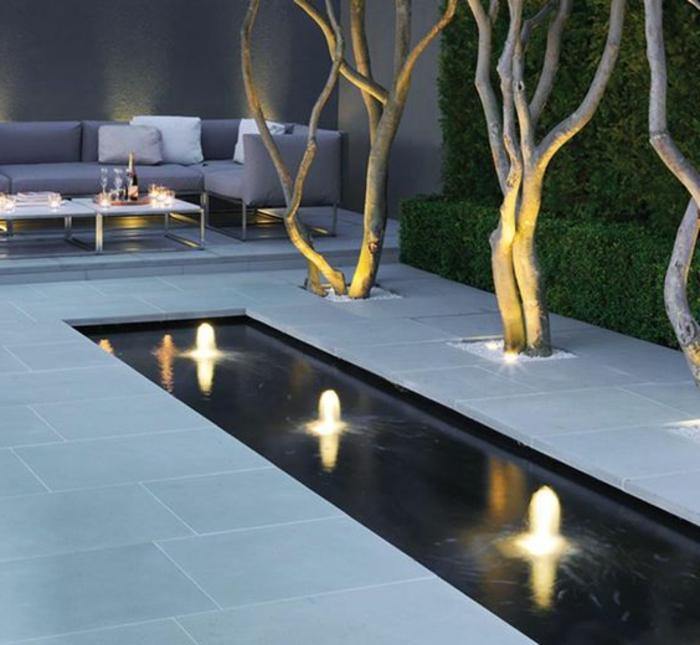 Gartengestaltung Beispiele - ein Wasserspiegel mit Reihen Lichte, schicke Gartenmöbel, Zierbäume