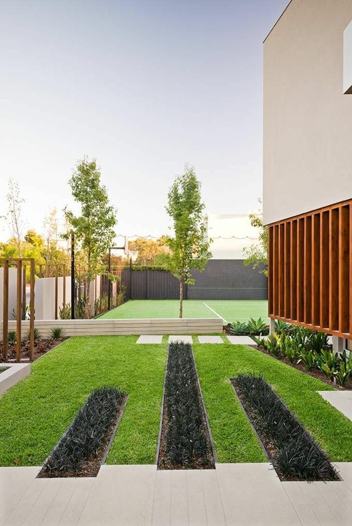 moderner Vorgarten mit gepflegten Rasen und einige Bäume so geometrisch