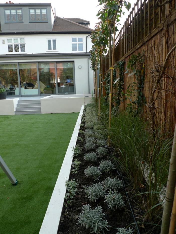 Blumenbeete und Zierbäume an den Sichtschutz - moderner Vorgarten
