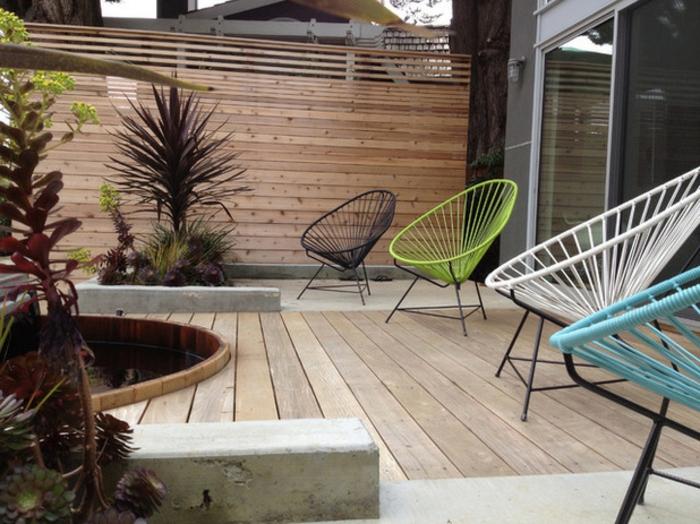 Sichtschutz und Bodenbeläge sind gleich, schöne Stühle und ein Teich - moderner Vorgärten