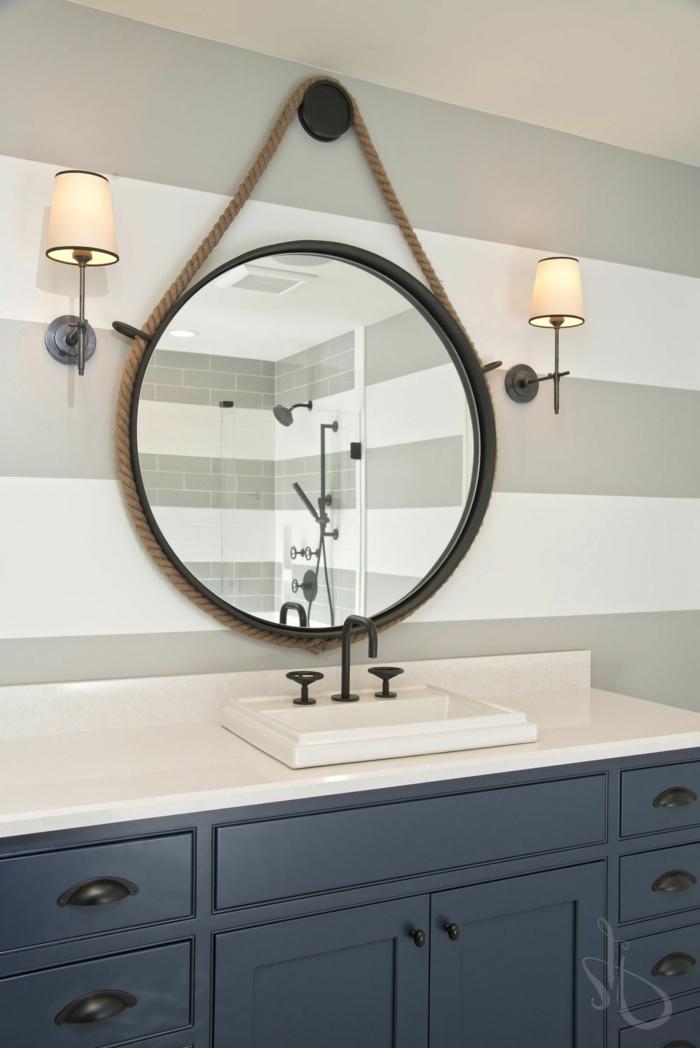 Badezimmer deko maritim, großer blauer Waschbecken aus Marmor, großer runder Spiegel, Wand in grau und weiß
